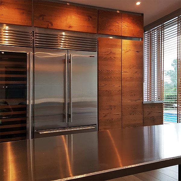 Aluminiumesstisch und Holz Küchenbau